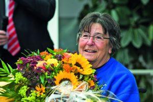 Portrait von Lore Welker mit Blumen